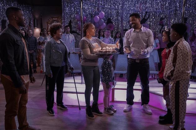netflix sitcom os uphaws chegarão à netflix em maio de 2021 festa de aniversário da família upshaw