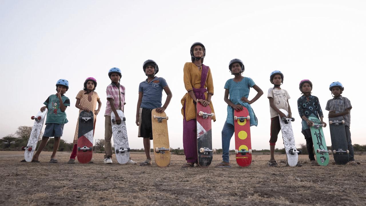 Menina indiana skatista em um drama sobre a chegada à maturidade chegando à Netflix em junho de 2021 andando de skate