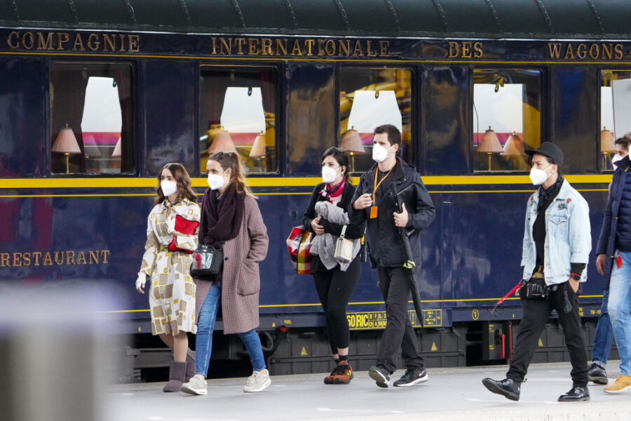 lily collins emily em paris 2 fotos de trem