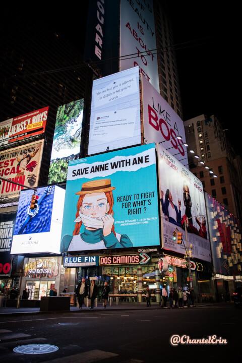 anne com cartazes de e new york 2