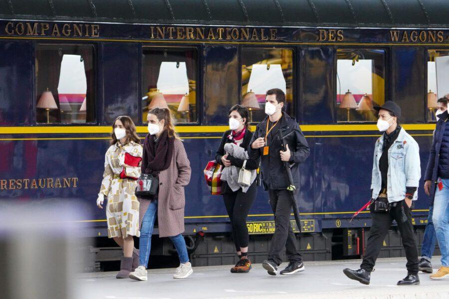 lily collins emily em paris 2ª temporada de trem baleado